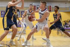 Men's basketball end weekend with two wins